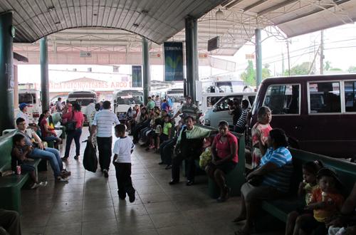 abenteuerreise mittelamerika auf dem busbahnhof