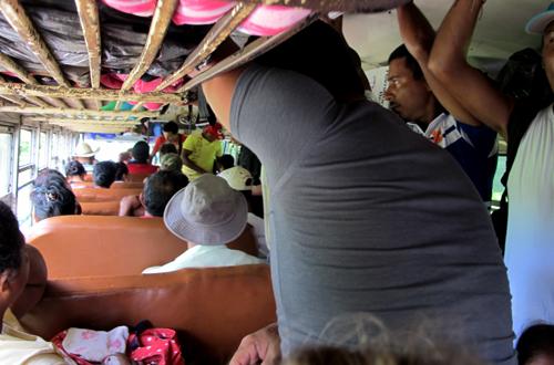 abenteuerreise panama im überfülltem bus