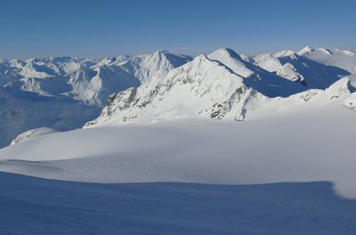 gigantische gletscherflaechen beim heliskiing in kanada